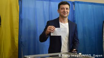 Володимир Зеленський показує бюлетень під час голосування 21 квітня