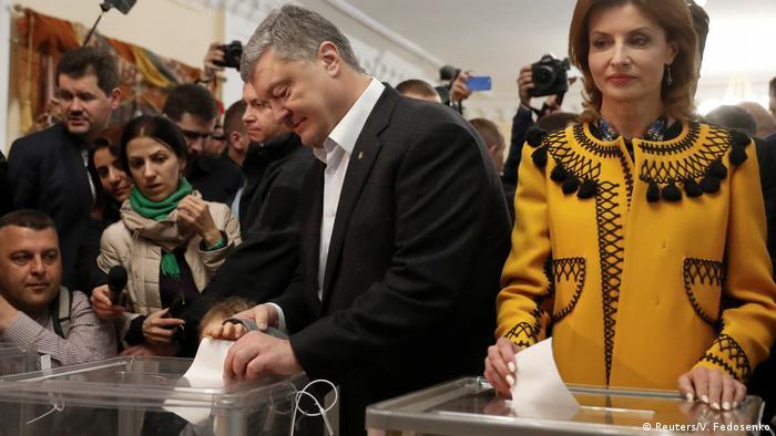 Петро Порошенко із дружиною Мариною під час голосування у другому турі 21 квітня