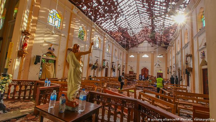 Sri Lanka Colombo Explosion in St. Sebastian Kirche (picture-alliance/AP Photo/C. Karunarathne)