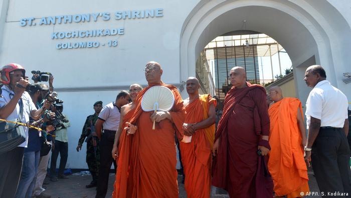 Sri Lanka Buddhistische Mönche an der St. Anthony Kirche
