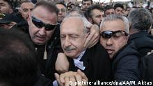 ANKARA, TURKEY - APRIL 21: Chairman of the Republican People's Party (CHP) Kemal Kilicdaroglu is seen as he is being attacked by a group of people after a funeral ceremony of Turkish martyred Infantry Yener Kirikci at Cubuk district of Ankara, Turkey on April 21, 2019. Metin Aktas / Anadolu Agency | Keine Weitergabe an Wiederverkäufer.