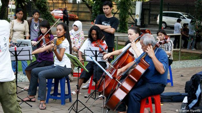 Gudrun Fenna Ingratubun spielt Cello (Slamet Riyanto)