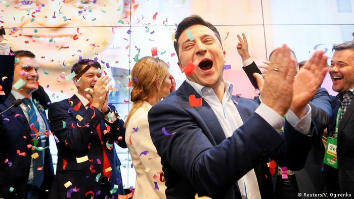 استطلاع: فوز ساحق للممثل زيلينسكي في رئاسيات أوكرانيا