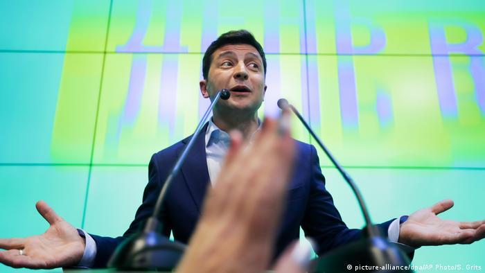 Ukraine | Präsidentschaftswahlen | Volodymyr Selenskyi bei seiner Pressekonferenz (picture-alliance/dpa/AP Photo/S. Grits)
