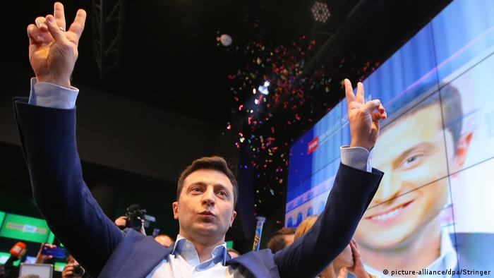 Ukrainian presidential candidate Volodymyr Zelensky reacts following the announcement of the first exit poll in a presidential election at his campaign headquarters in Kiev, (picture-alliance/dpa/Stringer)