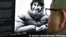 ABD0053_20190419 - WIEN - ÖSTERREICH: ZU APA0277 VOM 19.4.2019 - Die Eltern des höchstwahrscheinlich in Kanada tödlich verunglückten Tiroler Alpinisten David Lama haben sich Freitagnachmittag, 19. April 2019, via Social Media erstmals zu Wort gemeldet. Sie bedankten sich für die zahlreichen positiven Worte und Gedanken und baten, David mit seiner Lebensfreude, seiner Tatkräftigkeit und mit Blick Richtung seiner geliebten Berge in Erinnerung zu behalten. Im Bild: Eine Person liest das Statement der Eltern auf der Homepage des Tiroler Alpinisten David Lama. - FOTO: APA/HELMUT FOHRINGER - 20190419_PD3270 |