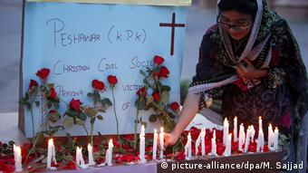 Στο Πεσαβάρ του Πακιστάν χριστιανοί ανάβουν ένα κερί για τα θύματα της Σρι Λάνκα