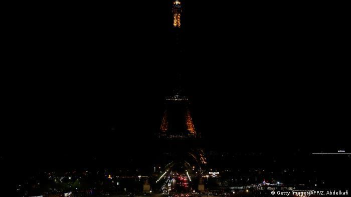 Eiffelturm im Dunkeln (Getty Images/AFP/Z. Abdelkafi)