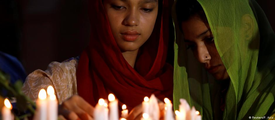 Women in Peshawar, Pakistan light candles in honor of the Sri Lanka Easter bombing victims (Reuters/F. Aziz)