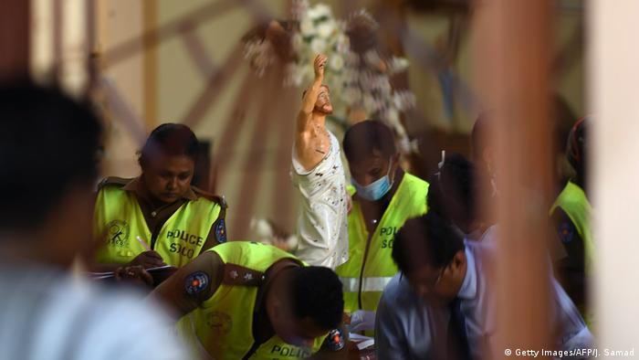 Sri Lanka'daki saldırıların hedeflerinden Negombo kentindeki St. Sebastian Kilisesi'nde güvenlik görevlileri soruşturma kapsamında çalışmalarını sürdürüyor
