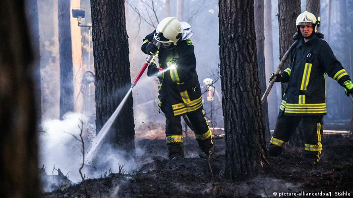 Firefighters extinguish a blaze (picture-alliance/dpa/J. Stähle)