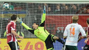 Hunt (2.v.r.) erzielt das Ausgleichstor für Bremen. (Foto: AP)