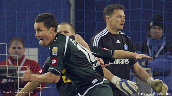 Gladbachs Torschütze Rob Friend (l.) jubelt nach dem Treffer zum 3:2 neben Hamburgs geschlagenem Torwart Frank Rost. Gladbach gewann mit 3:2. (Foto: dpa)