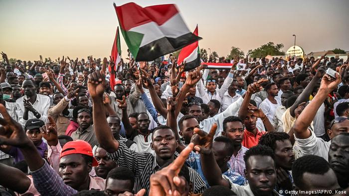 Sudan l nach Putsch l Proteste gegen Militärrat (Getty Images/AFP/O. Kose)