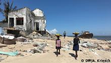 Mosambik l nach dem Zyklon l Mädchen verkaufen Orangen am Strand von Beira