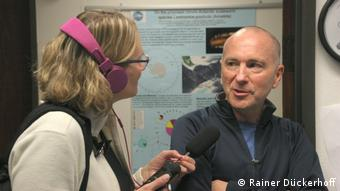 DW author Brigitte Osterath interviewing marine biologist Greg Rouse