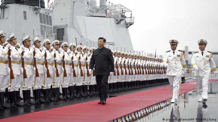 China | Präsident Xi Jinping besucht Zerstörer Xining (picture-alliance/AP Photo/Li Gang)