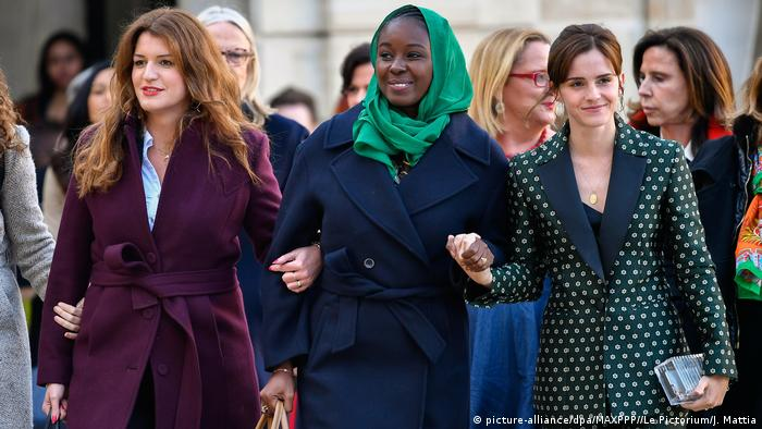 Emma Watson at right, beside two other women walking with linked hands (picturealliance/dpa/MAXPPP//Le Pictorium/J. Mattia)