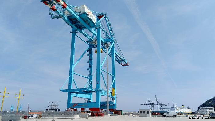 New cranes are being tested at the Gateway Terminal in Vado Ligure, which is still under construction