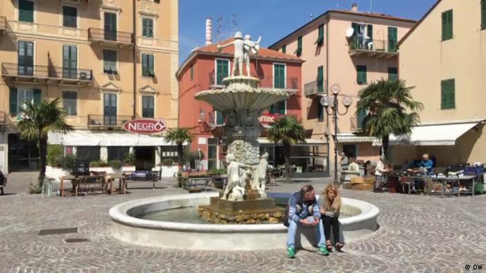 Praça principal de Vado Ligure, na Itália