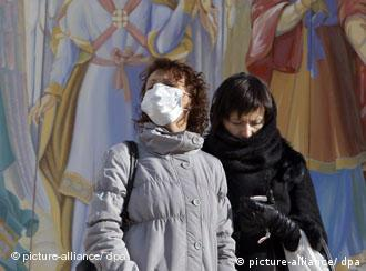 Люди вдягають захисні маски вже і в Києві