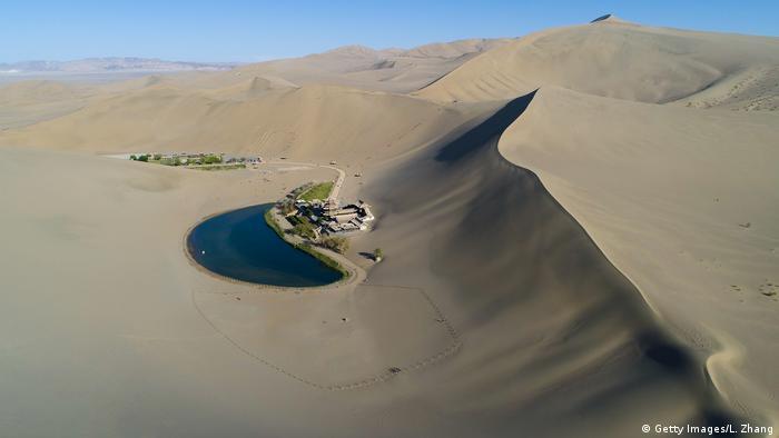 BdTD - China, Crescent Lake in der Mingsha Shan Wüste (Getty Images/L. Zhang)
