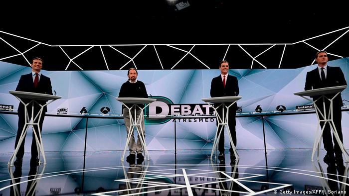 Quatro políticos espanhóis num estúdio televisivo durante debate para eleições 2019