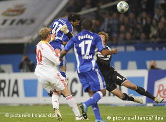 Schalkes Vicente Sanchez (l.) köpft zum 2:2-Ausgleichtreffer an Leverkusens Torhüter Rene Adler (r.) vorbei ins Tor. (Foto: dpa)
