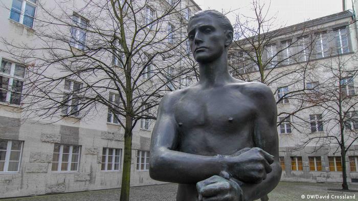Скулптура в памет на разстреляния граф фон Щауфенберг, извършил опит за атентат срещу Хитлер на 20 юли 1944