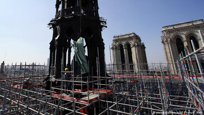 Paris Notre Dame Statuen werden entfernt (picture-alliance/AP Photo/F. Mori)
