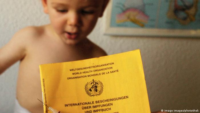 Impfung gegen Masern, Impfen Impfausweis und Spritze (imago images/photothek)