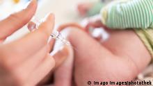 Impfung gegen Masern, Saeugling bekommt eine Impfung gegen Masern