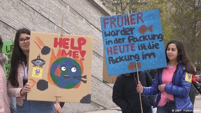Učenice s prosvjednim plakatima