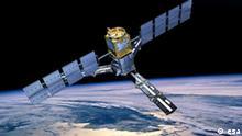 Die Illustration zeigt den esa-Satelliten SMOS (Soil Moisture and Ocean Salinity) beim Flug über der Erde (undatiertes Handout). Am 2. November 2009 soll der europäische Satellit SMOS starten und mindestens bis 2012 den Salzgehalt der Ozeane und die Feuchtigkeit des Festlandes auf der Erde messen. Foto: esa/AOES Medialab (zu dpa-Korr Eine Prise Salz aus 758 Kilometern Höhe messbar vom 27.10.2009) +++(c) dpa - Bildfunk+++