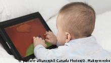 Symbolbild Baby mit Apple iPad (picture-alliance/All Canada Photos/O. Maksymenko)