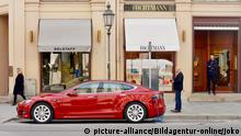 A Teslaparked on Maximilianstrasse in Munich (picture-alliance/Bildagentur-online/Joko)