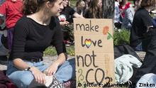 A «Fridays for Future» protester holds a sign that says Make love not CO2. (picture-alliance/dpa/P. Zinken)