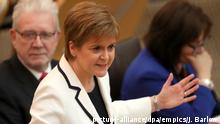 24.04.2019 *** Nicola Sturgeon independence speech. First Minister of Scotland Nicola Sturgeon issues a statement on Brexit and independence in the main chamber at the Scottish Parliament, Edinburgh. Picture date: Wednesday April 24, 2019. See PA story POLITICS Scotland. Photo credit should read: Jane Barlow/PA Wire URN:42492923 |