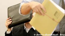 Defendant hides his face while on trial for stealing four Gerhard Richter sketches (picture-alliance/dpa/O. Berg)