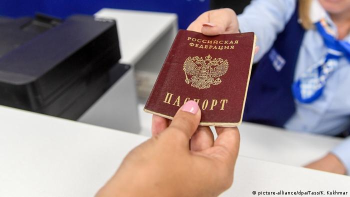 Российский паспорт в руке