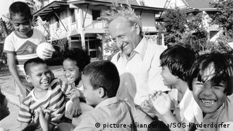 Ο ιδρυτής των Παιδικών Χωριών SOS Χέρμαν Γκμάνερ στα μέσα της δεκαετίας του ΄70 σε παιδικό χωριό στην Ταϊλάνδη.