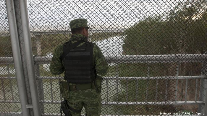 Un soldado mexicano hace guardia en la frontera entre Reynosa, Tamaulipas, y la ciudad de Hidalgo, en Texas, Estados Unidos.