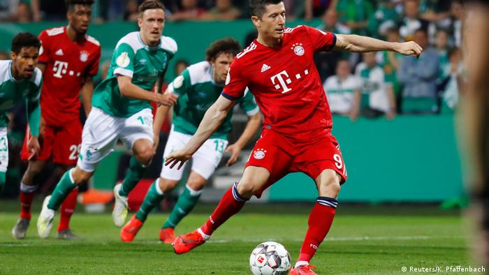 Bayern Munich's Robert Lewandowski scores the decisive penalty at the German Cup semifinal between Bremen and Bayern Munich, 24.04.2019.