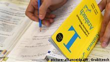 21.10.2016 Der syrische Flüchtling Ibrahim Mukdad während des Deutschunterrichts am Max-Planck-Institut für Kognitions- und Neurowissenschaften in Leipzig (Sachsen), aufgenommen am 21.10.2016. Er gehört zu 60 syrischen Flüchtlingen, die seit Mai dieses Jahres im Zuge eines Forschungsprojektes sechs Monate in zwei unterschiedlichen Kursen Sprachunterricht erhalten, bei denen der Schwerpunkt entweder auf der Grammatik oder eher Wortschatz liegt. Mit der Studie soll unter anderem herausgefunden werden, welche Veränderungen dabei im Gehirn stattfinden und wie eine Sprache am effektivsten gelernt werden kann. Unterstützende Untersuchungen sind dabei MRT-Aufnahmen, die vor, während und nach dem Kurs stattfinden. Foto: Waltraud Grubitzsch/dpa (zu dpa «Deutschkurs für Flüchtlinge als Forschungsprojekt» vom 05.11.2016) +++(c) dpa - Bildfunk+++   Verwendung weltweit