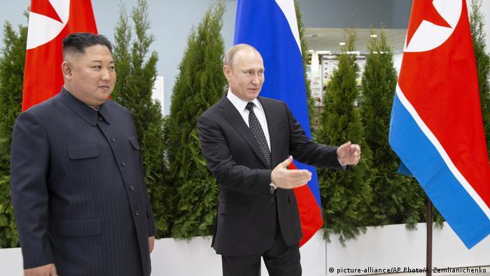 Russland Wladiwostok Treffen Putin und Kim (picture-alliance/AP Photo/A. Zemlianichenko)