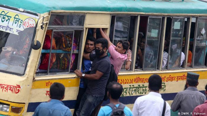 Bangladesch Dhaka - Gedrängel im Bus (DW/M. R. Rahman)