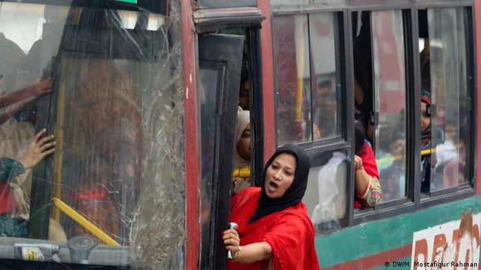 Bangladesch Dhaka - Frauen nutzen Bus (DW/M. Mostafigur Rahman)