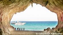 Italien Höhleneingang vor Mittelmeer