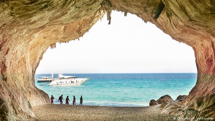 مغارات وكهوف في سواحل إيطاليا على البحر الأبيض المتوسط