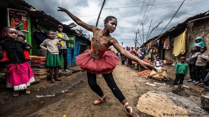 Ein Mädchen tanzt Ballett zwischen Wellblechhütten Everyday Africa (Brian Otieno/storitellah.com)